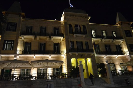 Poseidonion Grand Hotel : The hotel at night