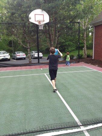 Residence Inn Mystic Groton : Shooting Hoops