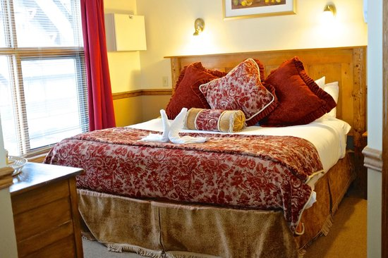 Georgetown Inn: The comfortable bed in the Victoria room