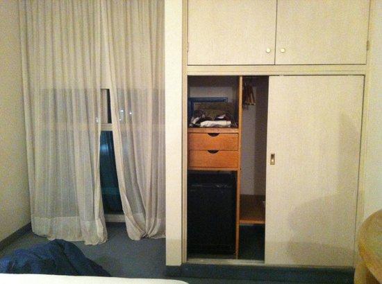 Interplaza Hotel: Habitacion con cortinas y muebles con demasiado uso