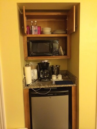 Paradise Harbour Club & Marina: The microwave, toaster, dishes, and glasses in the room.