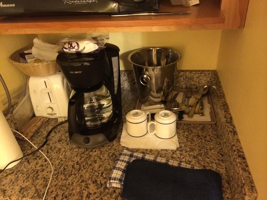 Paradise Harbour Club & Marina : The coffee maker and silverware provided in the room