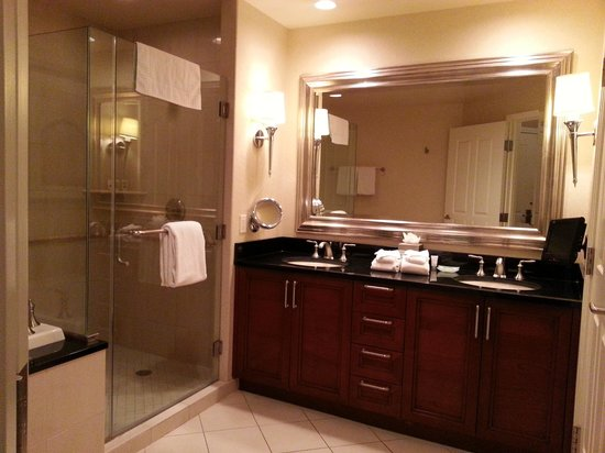 Signature at MGM Grand : Bathroom
