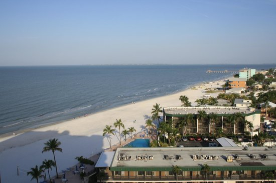 DiamondHead Beach Resort : the beach heading towards the pier