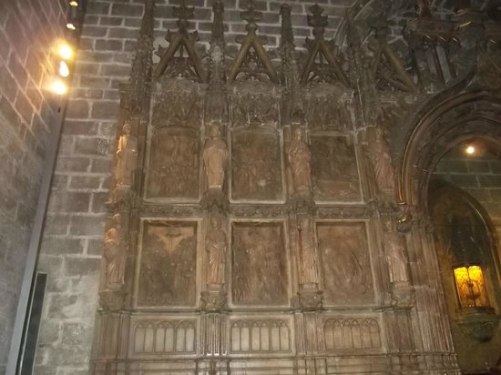 Chapel of the Holy Grail : Parede interna da Catedral toda trabalhada