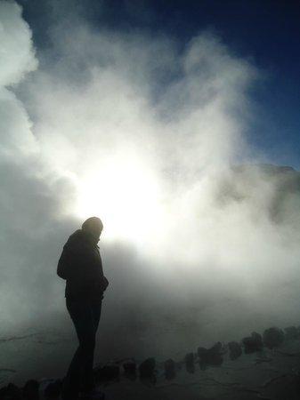 Geyser del Tatio: Fontes borbulhando, muito vapor e névoa devido ao frio