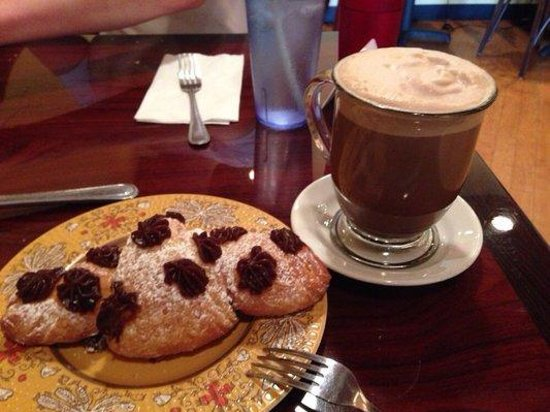 Viva Itacate : Chocolate croissant and cafe mocha