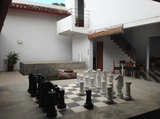 Los Patios Hotel: The chess patio