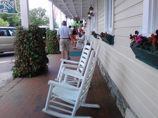 Highlands Inn: Rockers on front sidewalk
