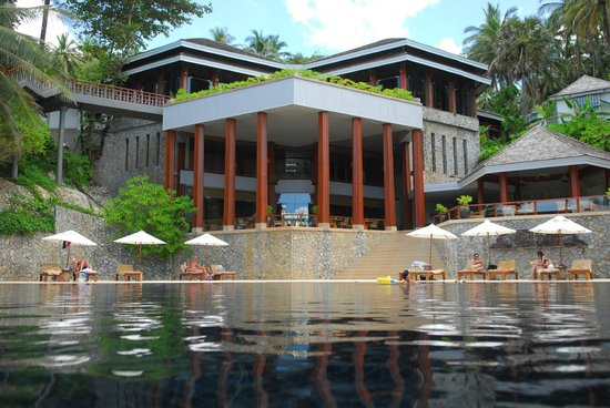 The Surin Phuket: View from the pool into the lobby area