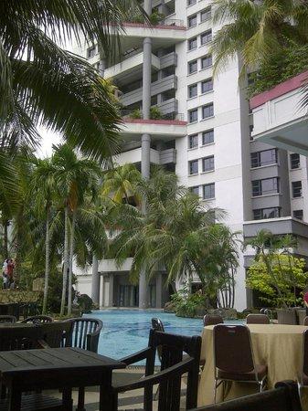 Grand Tropic Suites Hotel : suasana pinggir kolam renang