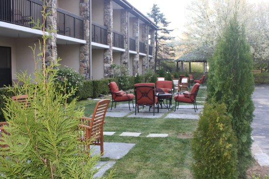 Highlands Inn Lodge: New Outdoor seating/Landscape