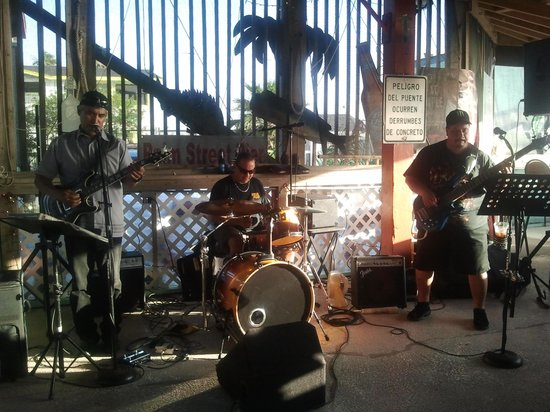 Palm Street Pier Restaurant and Bar: Hector Guzman and band