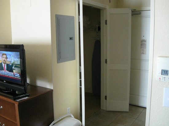 TownePlace Suites Tucson: Closet with ironing board and clothes basket