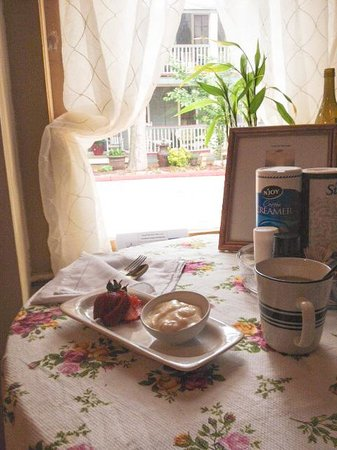 Piedmont House Bed and Breakfast : Cozy breakfast spot has nice view of Piedmont House.