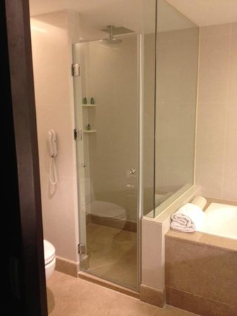 Shangri-La's Far Eastern Plaza Hotel Tainan: Well Equipped Bathroom