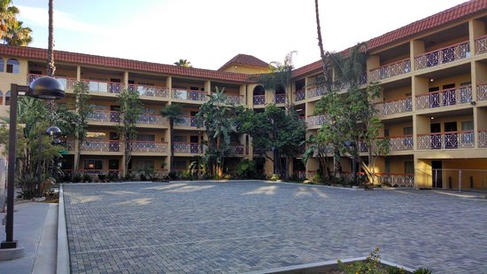 Ramada Burbank Airport: the courtyard