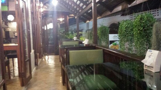 Restaurant at Rom Po Boutique: Seats along the walkway