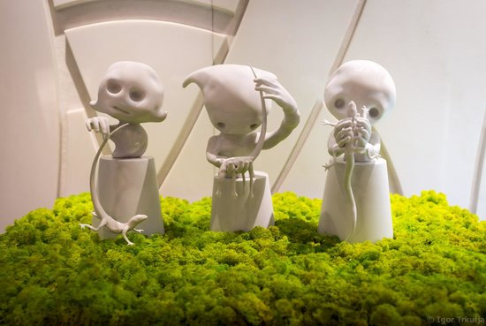 Palazzo Victoria: Baby aliens in the lobby.