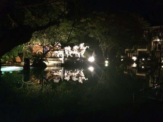 Hotel Kumala Pantai: Pool reflections at night