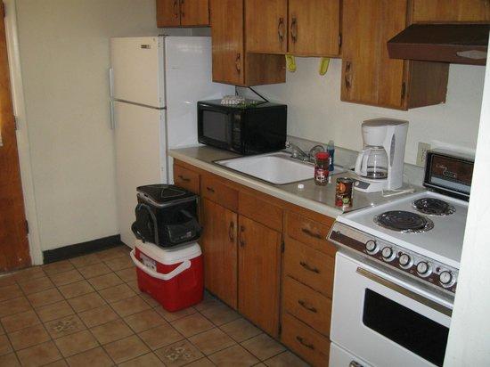 Desert Grove Inn and Suites : Kitchen - 1960's stove!