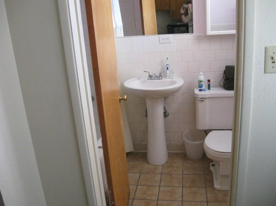 Desert Grove Inn and Suites : Bathroom - Sink was 'loose' on it's mount and I took a cold shower the next morning.