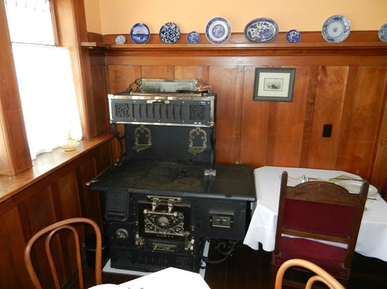 Weller House Inn: Dining Room (decorated with an old store)