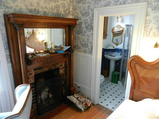 Weller House Inn: Lily Room Fireplace
