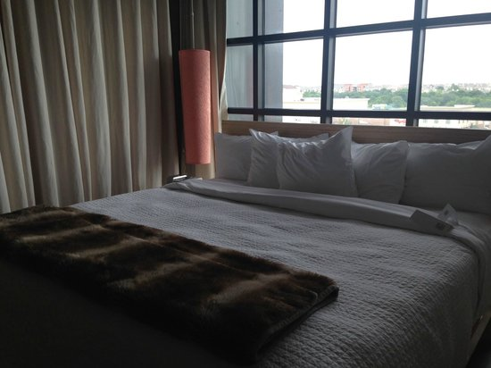 NYLO Plano at Legacy : King Size Bed in Glass Loft