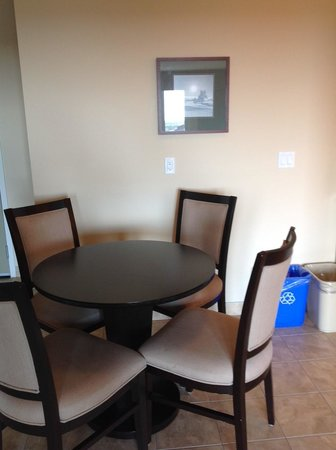 Coast Fraser Tower : Dining area