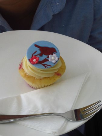 Bloom Cafe and Training Centre : Deliciously Daedal cupcakes!