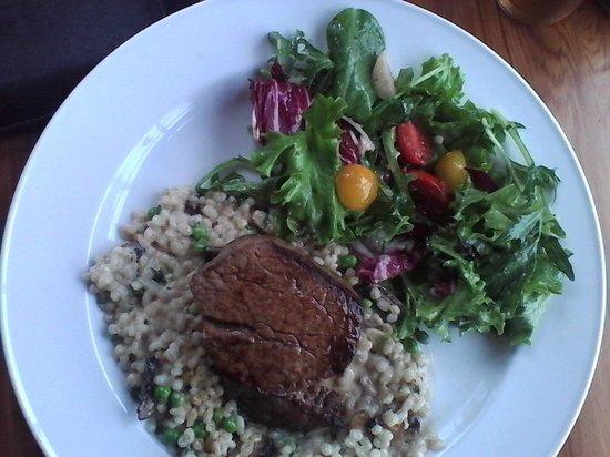 Cow Bay Cafe : Filetsteak mit Pilzrisotto und Salat