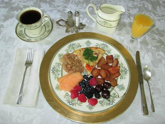 Bridges Inn at Whitcomb House : Breakfast at the inn, served on china
