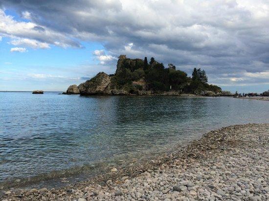 La Plage Resort: вид на остров Изола Белла с пляжа