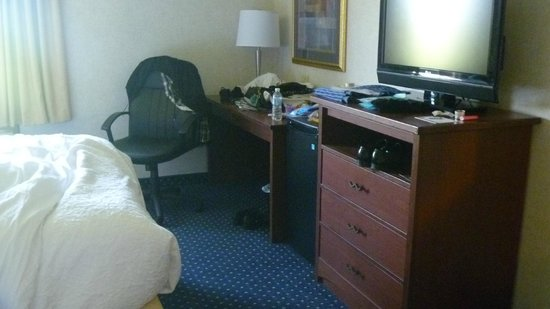 Quality Inn Auburn Hills: TV Desk and Dresser