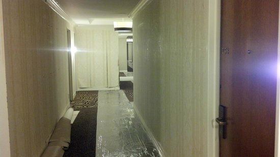 Omni Houston Hotel: Hallway under remodel