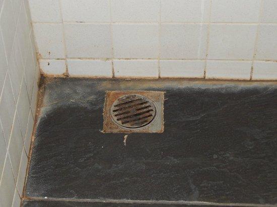 Puri Maharani Boutique Hotel & Spa: Etat de la douche inacceptable pour un touriste, une douche d'hôtel s'entretient !
