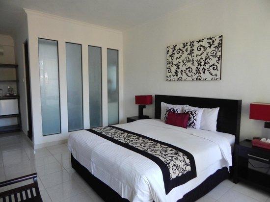 Puri Maharani Boutique Hotel & Spa : chambre et derrière mur vitré salle de bains