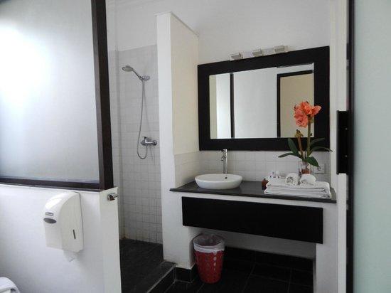 Puri Maharani Boutique Hotel & Spa: Salle de bains au 1er coup d'oeil simple mais correcte mais quand on découvre la douche..décepti