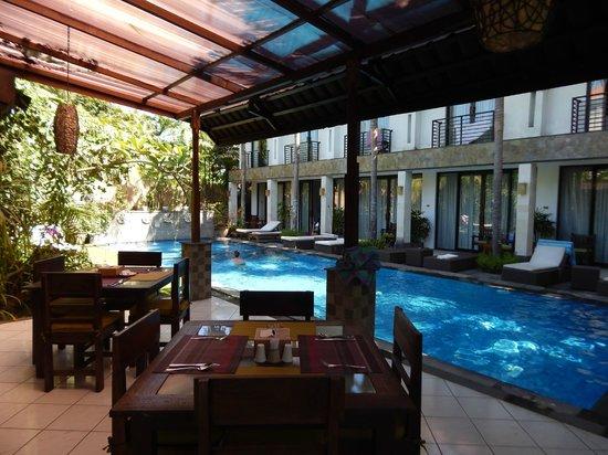 Puri Maharani Boutique Hotel & Spa: piscine vue depuis de restaurant