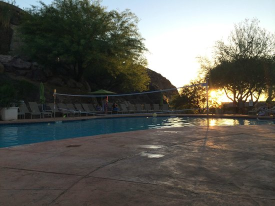 Phoenix Marriott Tempe at The Buttes: Sunset and a pool