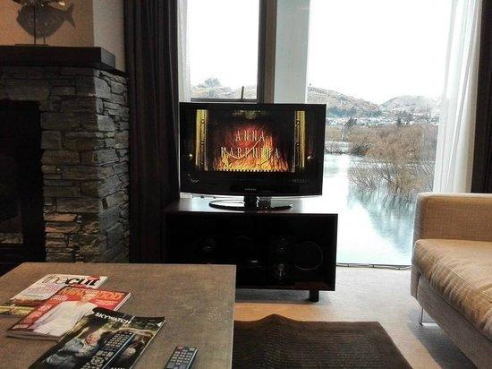 Hilton Queenstown Resort & Spa: Living Room TV & View