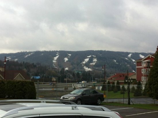 Motel Le Jolibourg: Two ski slopes on the right hand side are still open in the mid of May