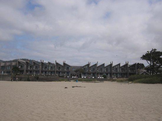 Schooner's Cove Inn: hotel from beach
