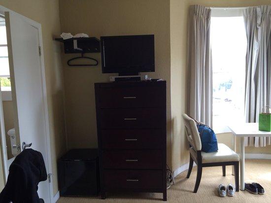 Casa Loma Hotel: TV and dresser