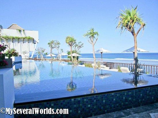 Samabe Bali Suites & Villas: Samabe's infinity pools