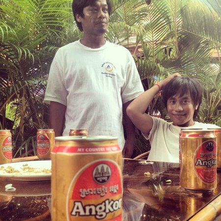 Hostel Siem Reap: Angkor beer time with the staff