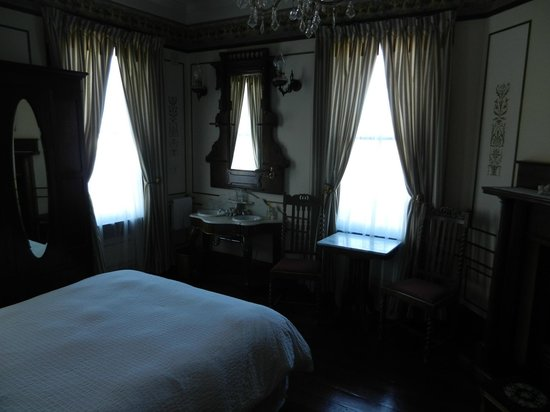 Weller House Inn: Iris Room