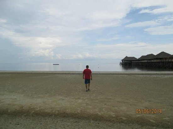 Telunas Resorts - Telunas Beach Resort: Walk on the beach