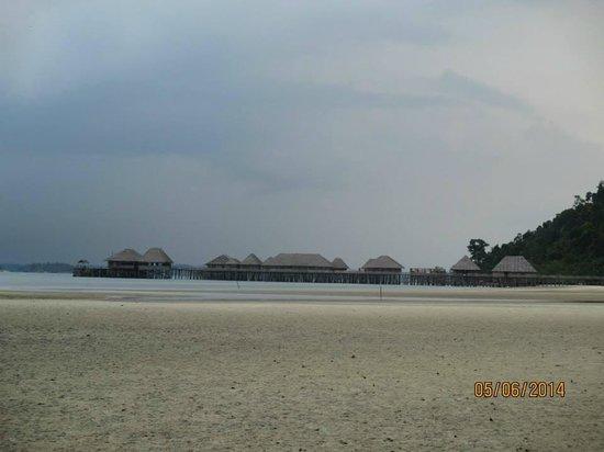 Telunas Beach Resort: View of Telunas from down the beach